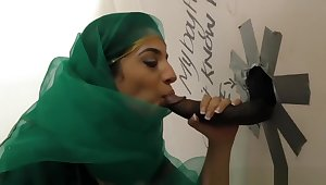 Pretty Pakistani babe visits rub-down the gloryhole be advisable for black cock